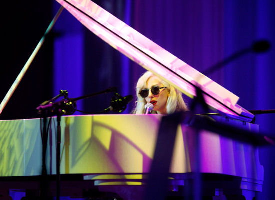 lady-gaga-piano-hrc