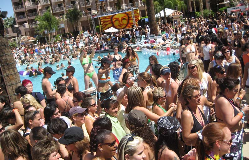 GirlBar pool party