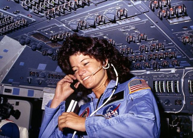 800px-Sally_Ride,_America's_first_woman_astronaut_communitcates_with_ground_controllers_from_the_flight_deck_-_NARA_-_541940