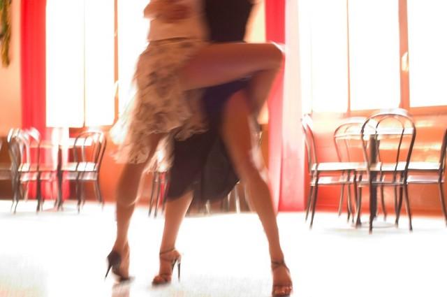 женщина в трусиках танго фото