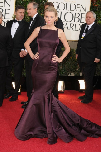 A RARE RED CARPET PHOTO OF TAYLOR SWIFT NOT IN WHITE
