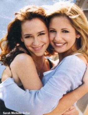 "sarah michelle gellar with jennifer love hewitt on the set of ""i know what you did last summer"""