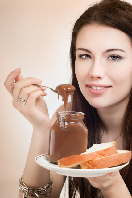 this girl kinda looks like jessica biel (yes/no/maybe?) and is eating nutella the way i like to do it, right out of the jar