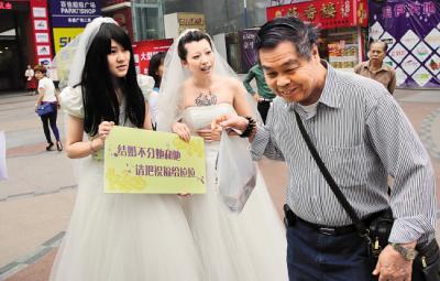 Guangzhou_Lesbian_Couple