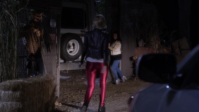 IN CASE YOU DIDN'T KNOW, THIS IS A TEXTBOOK EXAMPLE OF HOW TO SHOW OFF YOUR ASS IN SPANDEX.