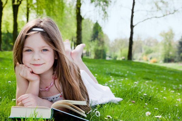 girl_reading_outside