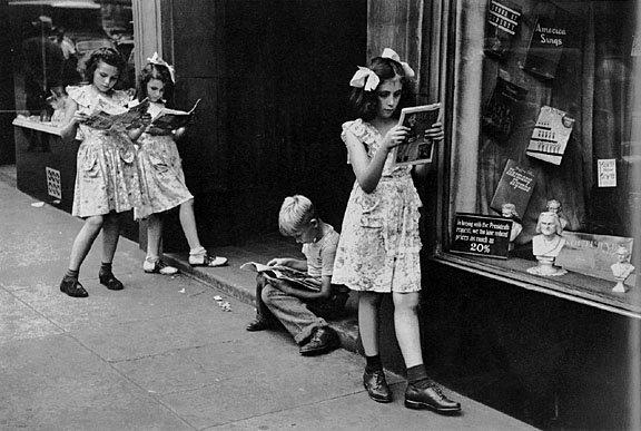 girl_walking_reading