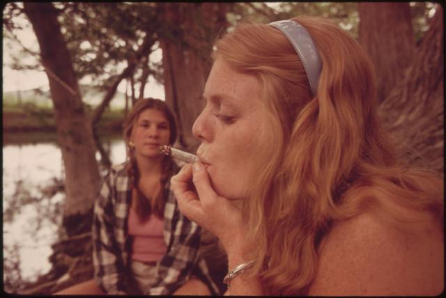 weed-snaps-girls-smoking-weed-1970s