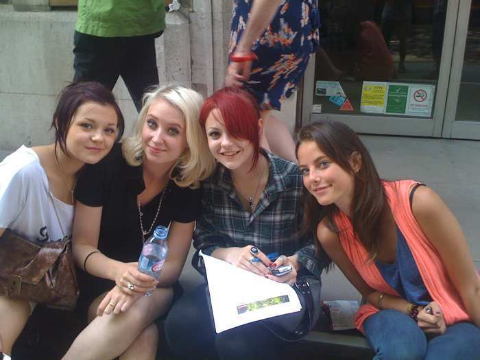 Skins-Cast-S4-Behind-The-Scenes-skins-8036121-700-525
