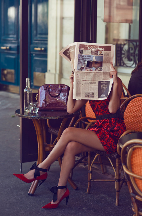 newspaper-reader-in-shoes