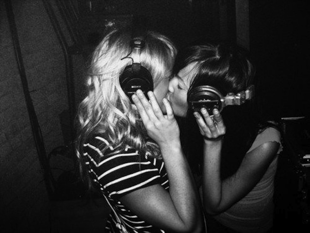 Kissing while wearing headphones: an essential part of any successful Valentine's Day. (Via Keep Calm and Questa Sono Io)
