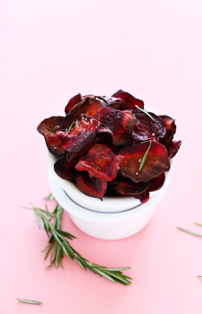Easy-Baked-Rosemary-Beet-Chips-Fast-healthy-and-SO-simple-vegan-glutenfree