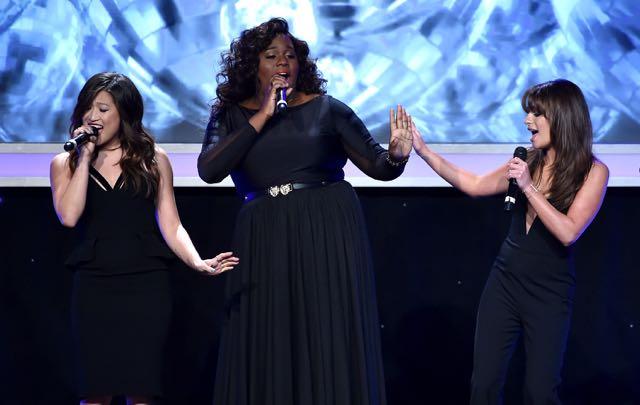Glee-cast-singing-