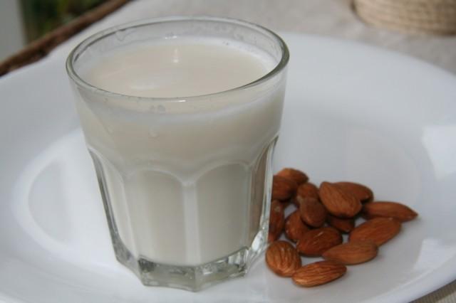 almond-milk-640x426