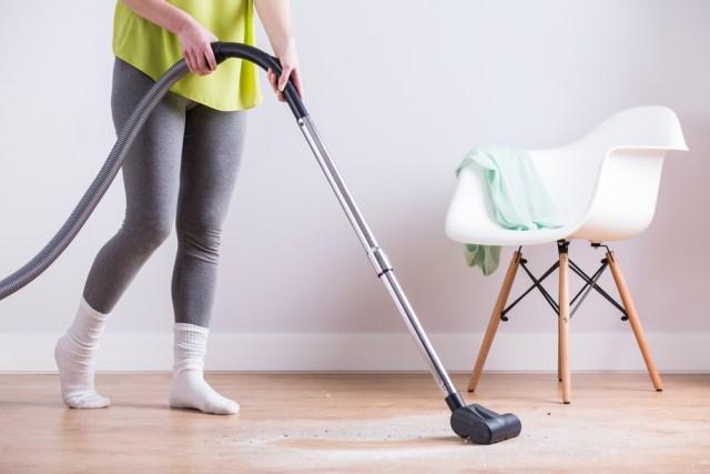 Vacuuming_dust