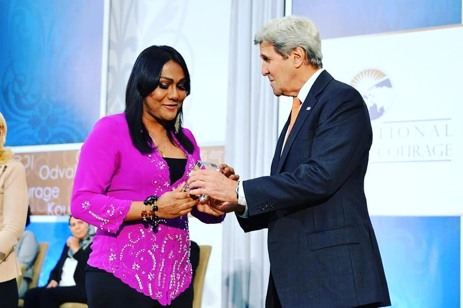 Nisha Ayub receives award from John Kerry by Giselle Rimong Lidom
