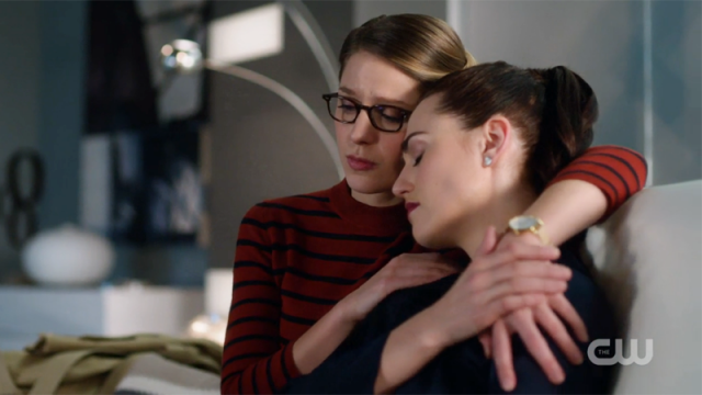 Kara has her arm around Lena
