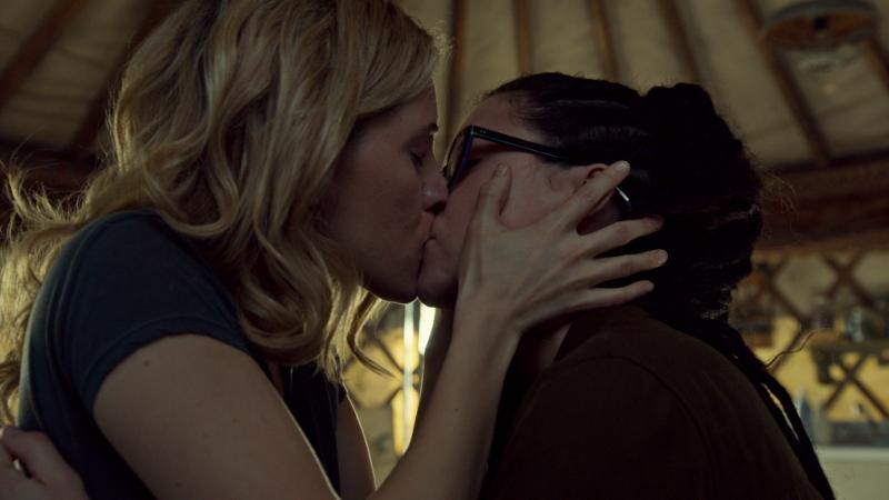 Delphine kisses Cosima and it's perfect