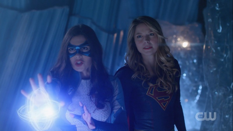 Supergirl and Dreamer take a fighting stance.