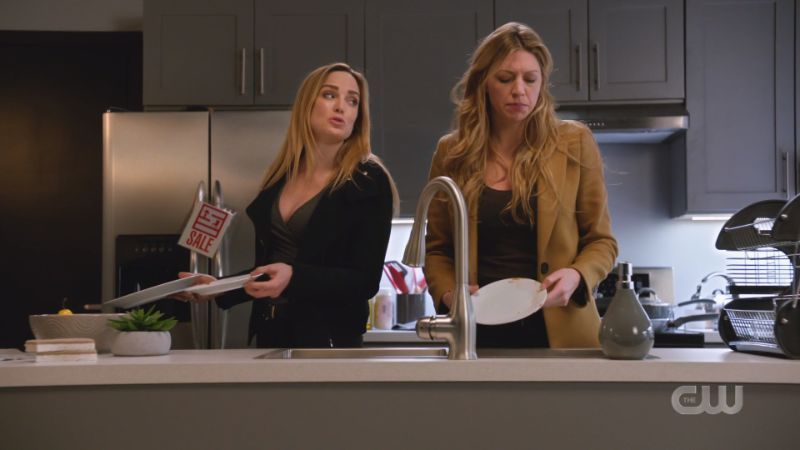 Sara and Ava do dishes together