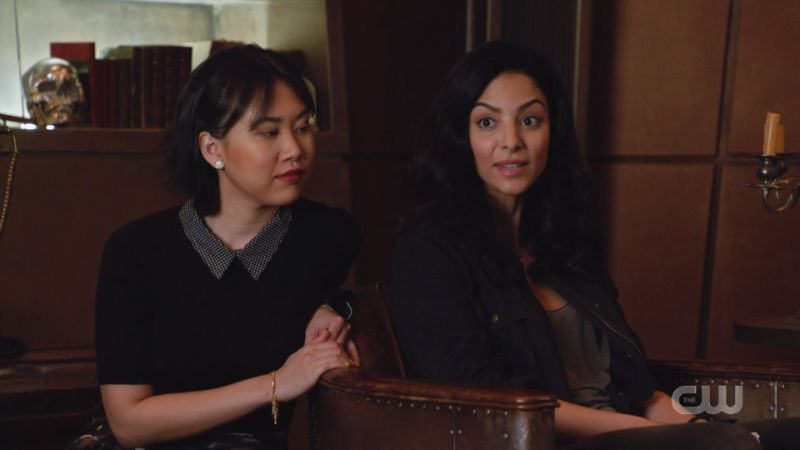 Zari and Mona sit together to talk about texting
