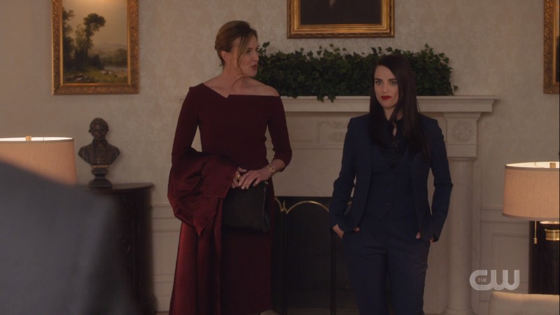 Lena Luthor looks fucking amazing with her hands in the pockets of her suit and Lillian looks nice too