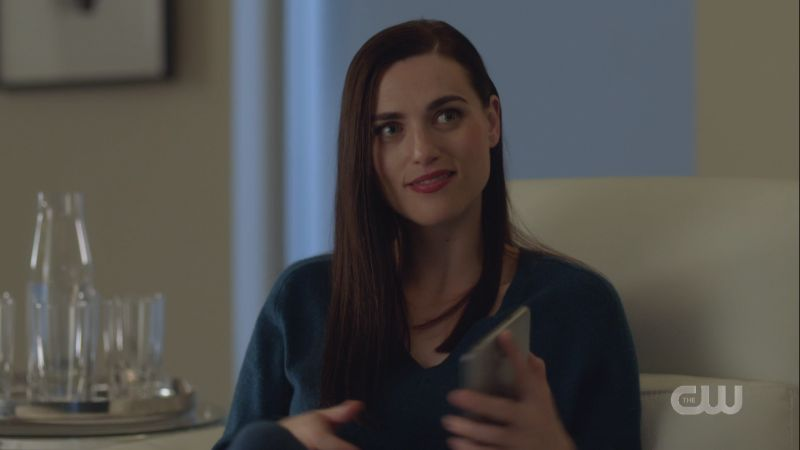 lena smirks up at supergirl