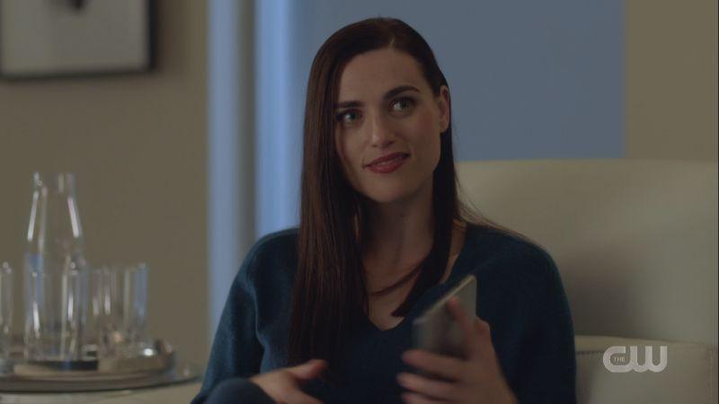 lena smirks up at supergirl