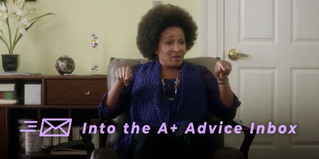 The therapist from Bad Moms, played by Wanda Sykes, gestures.