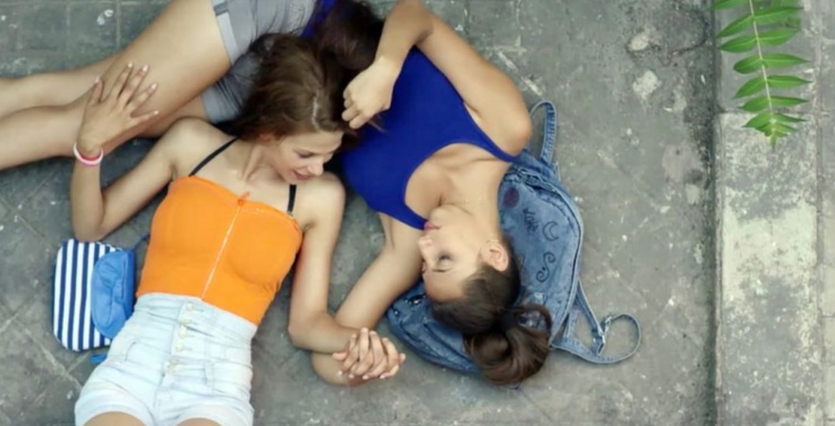 "Still of two teenage girls in ""Carmen Y Lola"""