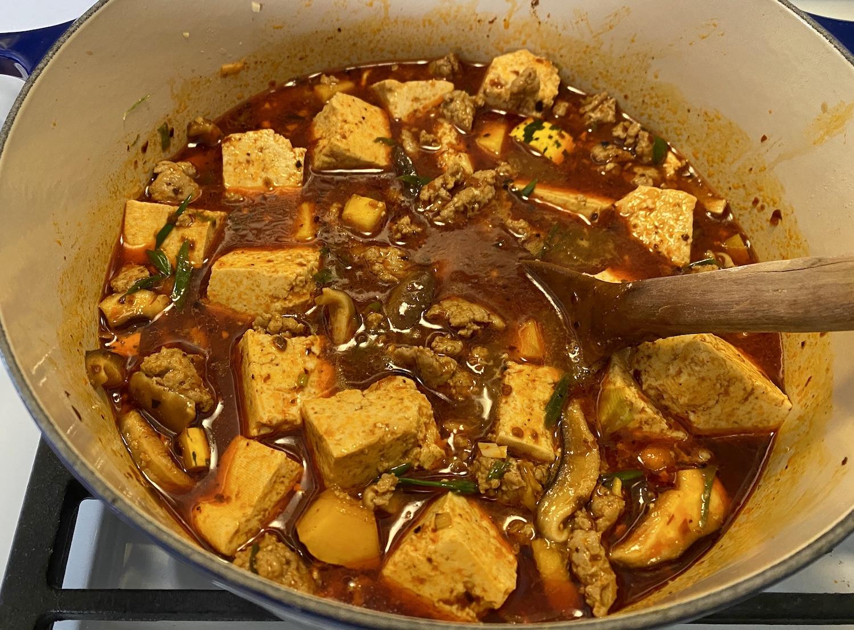 mapo tofu mijotant sur la cuisinière