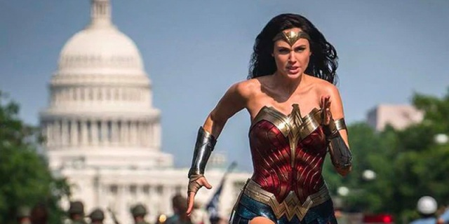 Wonder Woman runs through the streets of Washington D.C. in Wonder Woman 1984