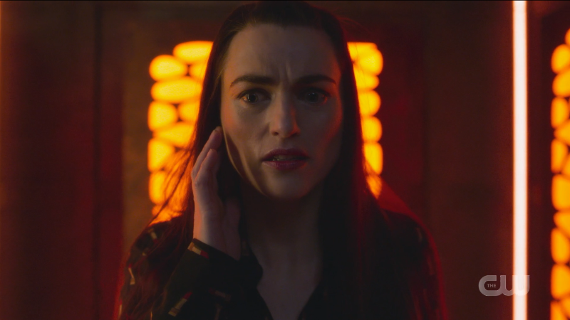 Supergirl Episode 607: Lena tries to use her comm and looks alarmed.