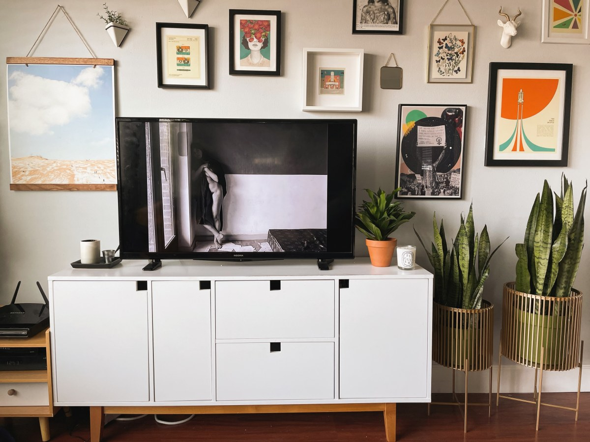 Picture of the TV in Riese's living room playing a french film where a black-and-white French film is playing