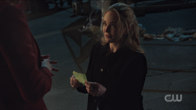 Legends of Tomorrow 607: Avalance proposal, Sara gets down on one knee with a little piece of yellow paper