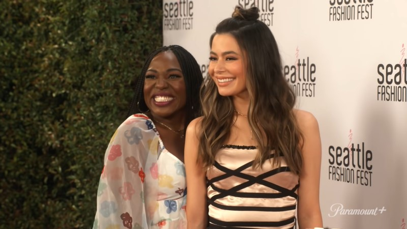 iCarly: Harper and Carly on the red carpet of a press event, cheesin' because Carly's dress is ripping