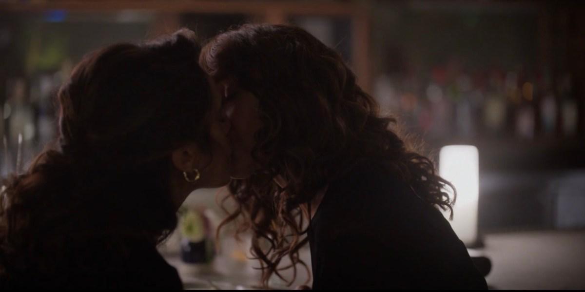 bette and gigi kiss