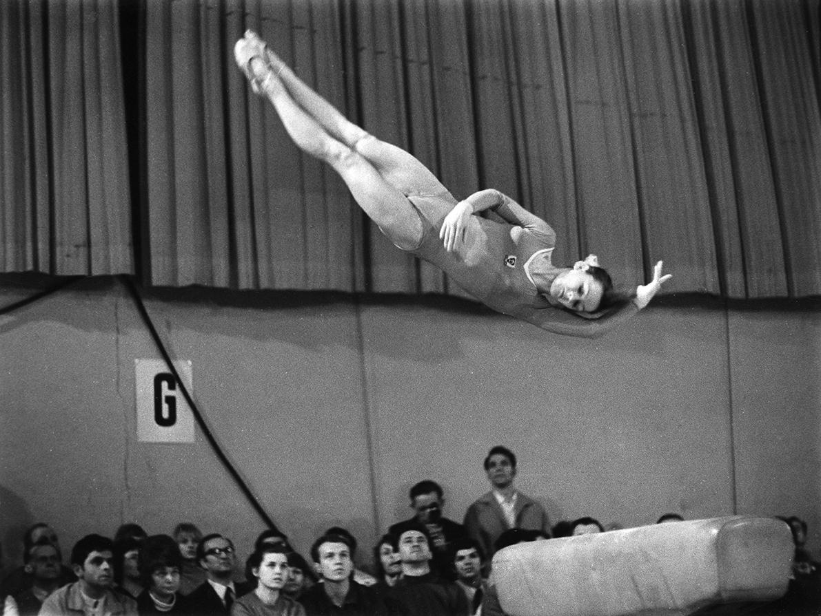 Karin Büttner-Janz dismounts from the balance beam