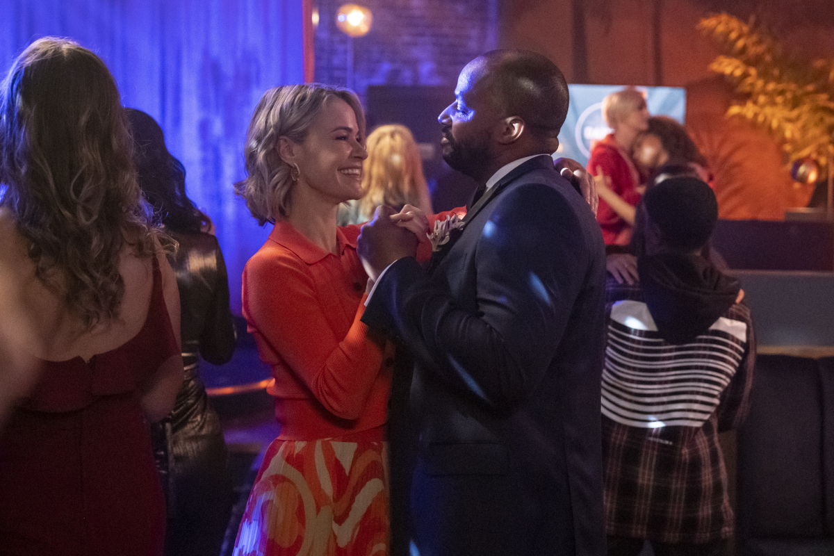 """(L-R): Leisha Hailey as Alice and Donald Faison as Tom in THE L WORD: GENERATION Q """"Love Shack"""". Photo Credit: Liz Morris/SHOWTIME."""
