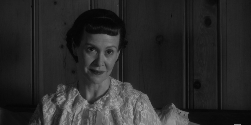 Sarah Paulson as Mamie Eisenhower sits in bed.