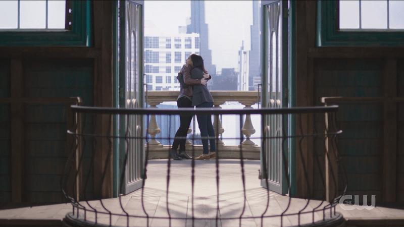 Supergirl 609: Dansen, Alex and Kelly hug on the feelings balcony