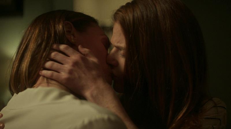 Amy and Kirsten share a drunken kiss.